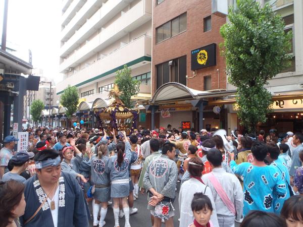 蒲田駅前の神輿1