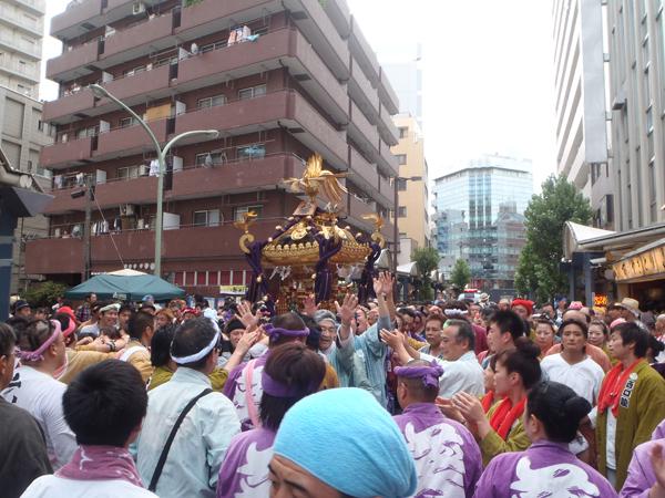 蒲田駅前の神輿2