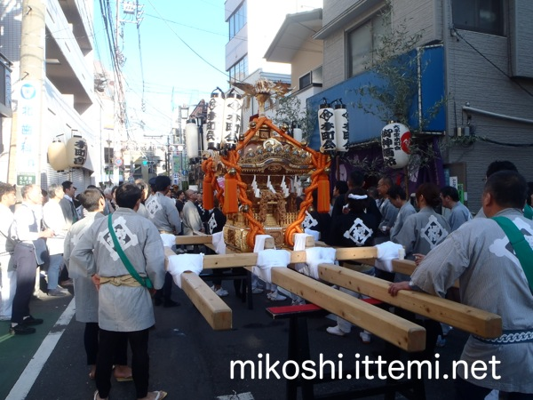 三軒茶屋「本町会」の神輿