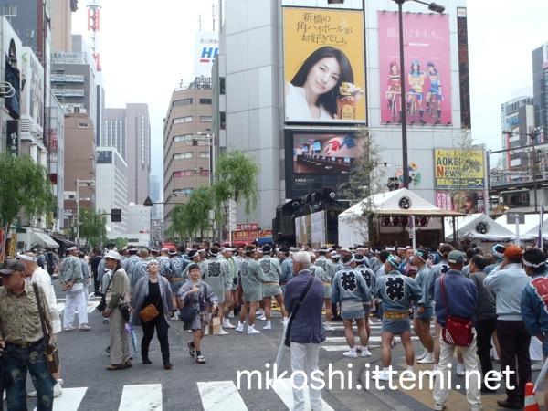 烏森神社例大祭の11時18分の新橋駅前