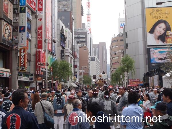 烏森神社例大祭の11時18分の新橋駅前2