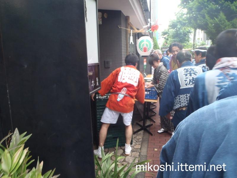 つきじ宮川本廛(うなぎ専門店)前で行列3