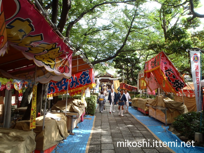 蒲田八幡神社の参道と露店