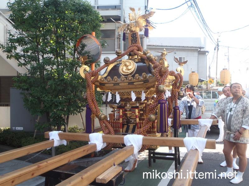 東西睦の神輿1