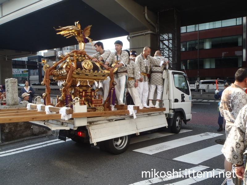 トラックで移動する神輿